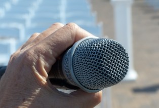 microphone-and-hand